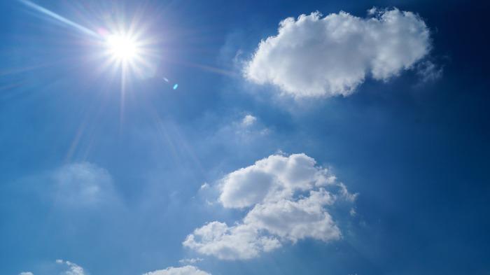 寒ーい冬が過ぎ、やわらかな日差しの春が来ると気持ちがウキウキするものです。そこで気を付けたいのが「紫外線」。ついつい紫外線対策を怠ってしまいがちですが、実は、春の紫外線量は真夏にも負けないほど強力で、うっかりしているとお肌が黒くなってる…なんていうことも。