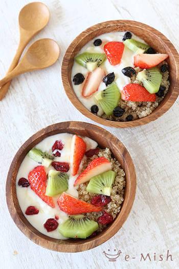 朝ごはんの定番シリアルやグラノーラをキヌアで代用したヘルシーボウル。キヌア自体にクセがないので、ヨーグルトやフルーツをかけてもおいしくいただけます。食べごたえがあるので、朝はこのワンボウルで十分満足できるのではないでしょうか?