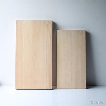樹齢200年以上の木材を使った一枚板の俎板(まないた)。江戸時代ごろに植えられた木が長い年月を経て成長を続け、日用品となり手元に届くなんて感慨深いものがあります。