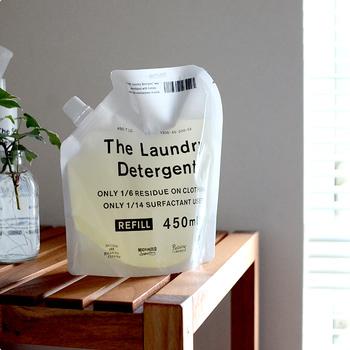 香りはエッセンシャルオイル(ラベンダー精油)を使用しているので、お洗濯をしながらナチュラルな優しい香りを楽しむことができます。こちらもマルチクリーナー同様、モノトーンのスタイリッシュなパッケージデザインが印象的。見た目にもおしゃれな「THE 洗濯洗剤」は、ランドリースペースをよりすっきりと心地よい空間にしてくれそうです。
