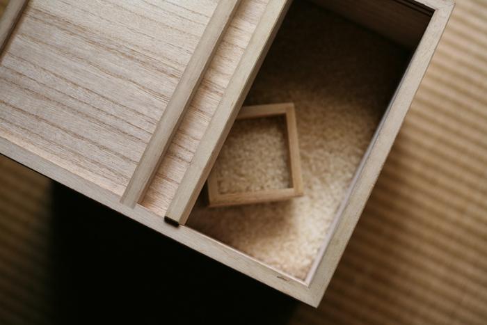 この米びつは、厚い桐の無垢板を使い、釘などの金具を一切使わずに仕上げてあります。間口が広く精度の高い引き戸により、米の出し入れがしやすく外気との遮断も万全です。