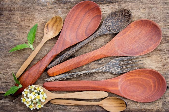 毎日使うキッチンツールは、使い心地が良くて愛着がわくものが良いですよね。木や竹などの自然素材を使ったキッチンツールなら、優しい使い心地でフライパンなどの調理道具を傷つけずに済みますし、使うほどに味わい深くなるから長く愛せます。