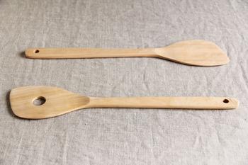 調理ベラは穴なしと穴あきタイプを選べます。さくら材をひとつひとつ丁寧にくり抜き、無塗装で仕上げた天然木の道具です。