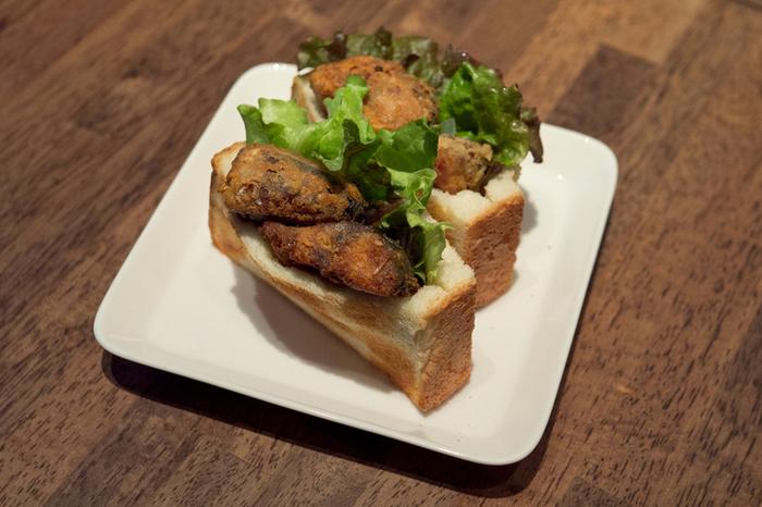 トルコの名物料理である「サバサンド」です。トーストした食パンにカリっと揚げたサバが挟まれたボリューミーな一品。レモンのさわやかな風味が効いた、サバと食パンの愛称は抜群です!