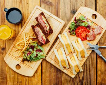 自分でカスタマイズしてオーダーすることができるという人気の「カスタマイズサンドイッチ」。パンの種類から挟む具材まで、ベジタリアンの方に合わせた食材の用意もあるところが嬉しいポイントです。