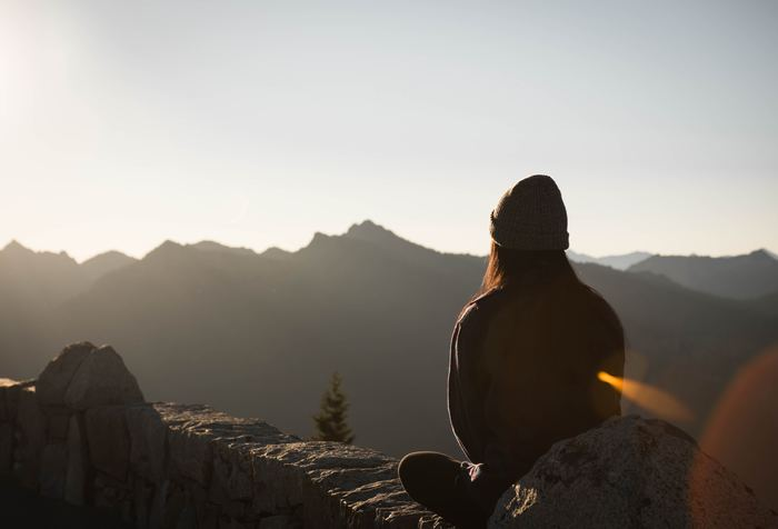 ストレス社会に生きるわたしたち。緊張したり、心が動揺したりすることもしばしばです。そんなとき、知っておきたいのが「呼吸を整える」こと。ストレスを感じているとき、わたしたちの呼吸は浅く短くなりがちです。ゆったりとした呼吸に整えることで、心身をよりよい状態へ導いていきましょう。