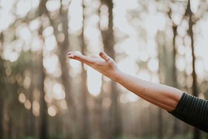 ふだん無意識にしている呼吸が「胸式呼吸」なのに対し、おなかを膨らませるように意識してする呼吸が「腹式呼吸」なのはご存知ですよね。「腹式呼吸」は、おなかや脇腹に力が入り、腹圧をかけるため自然とゆっくりとした呼吸になるのが特徴です。