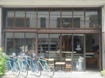 元々倉庫だった場所をリノベーションして作られたというお店。全面ガラス張りのお洒落な入り口は、こちらもまた下町らしさを感じさせないモダンな雰囲気がありますね。