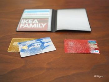 現代では、クレジットカードも重要な引き落とし手段になっています。クレジットカード番号、有効期限、締め日、引き落とし日のほか、新聞の支払いなど定期的なものの引き落としで利用している場合は、取引先も書いておきましょう。