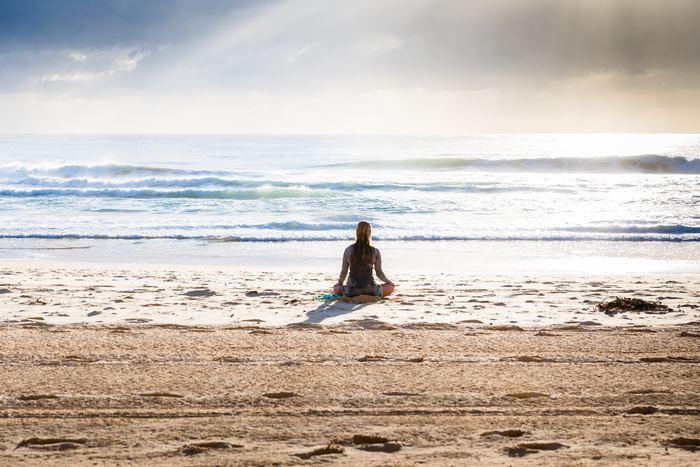自律神経とは、呼吸や消化、体温調整などの体の働きを調整するものです。昼間は交感神経が活発になり、夜は副交感神経が優位になって体を休めるようにできています。このバランスがストレスなどで崩れることで、心身の不調を引き起こしてしまうのです。