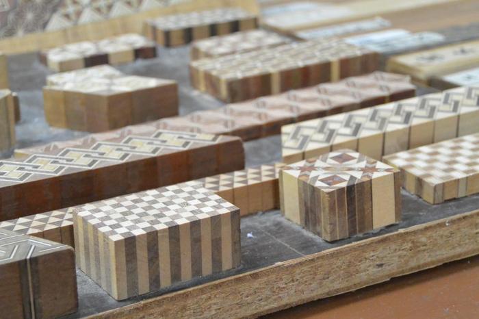 畑宿は、箱根の伝統工芸として名高い「寄木細工」の発祥地。寄木細工の資料館『畑宿寄木会館』や寄木細工の店が、緑深い穏やかな山村に軒を連ねています。【「寄木会館」展示の寄木】