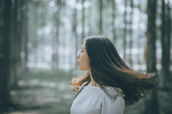 頭皮の血流の巡りを良くすることで、髪にも良い影響があるのはご存知でしょうか?生活習慣などが原因で凝り固まった頭皮だと、薄毛の原因にも繋がってしまうので、少しずつでも頭皮を柔らかくするケアを続ける事が大事です。