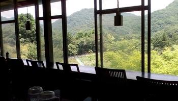 大きなガラス窓に面したカウンター席から、里山の風景が望めます。