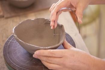 未経験の方が自力で行うことは難しい陶芸ですが、ワークショップに参加すれば、簡単にオリジナルの器を作れますよ。  おすすめは、自分の手だけで成形する「手びねり」でつくること。紐状粘土を輪っかにして積み上げたり、丸めた粘土の中央をつぶして広げたり……。自分の手だけでも、ちゃんと器が出来ますよ。多少のゆがみは、味わい深い表情に*。電動ろくろでは出せない魅力です。器の裏に名前を彫るのもお忘れなく◎
