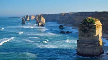 「12人の使徒」はグレートーシャンロードの最大の見どころでもあります。海中にそびえ立つ美しい奇岩群は圧巻の景色です。波と風雨が長い歳月をかけて創り上げた自然の造形美なのです。天候や時間帯によって見え方が変わるので、何度も訪れたい場所です。