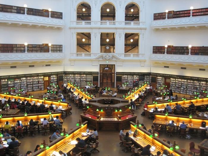 圧巻の広さの館内。伝統的な柱や壁が美しく、学生の方を中心に本を読んだり勉強をしたりと、各々の時間を過ごす事ができます。