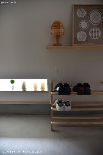 棚やBOXを置く場所がないという方は、おしゃれに見せる収納をしてみては?こちらの玄関は、ウッドのシューズラックで靴の一時置き場を確保。壁に立てかけるタイプなので、省スペースで使えるのが魅力です。