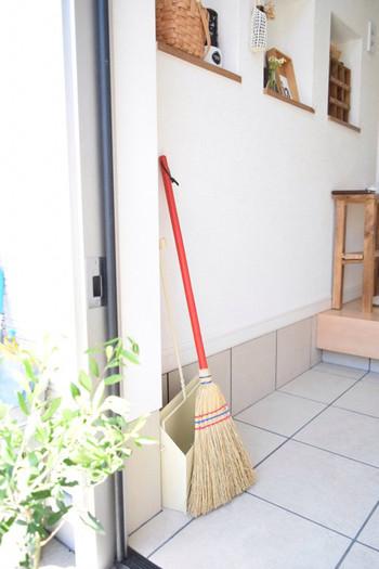 すぐに汚れる玄関。ホウキとちりとりはすぐに使えるところに置きたいですよね。そんな時、デザイン性の高いアイテムを選べば、使わない時も玄関インテリアになって一石二鳥。