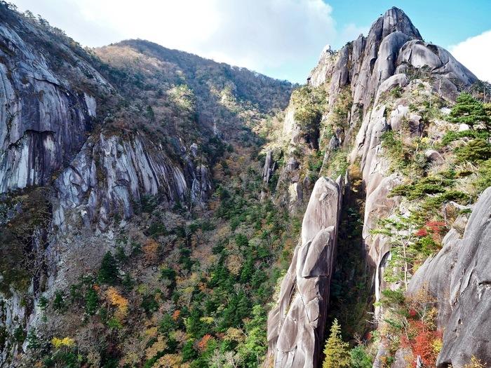 標高940.2メートルの崩山には、白神山地観光におけるハイライトともいえる「十二湖」を見渡すことができる眺望スポットがあります。崩山8合目の展望所「大崩」からは、美しい湖沼群「十二湖」を見渡すことができます。