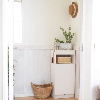素敵な玄関に生活感は不要です。よく使うアイテムは棚などの中に片付けて、外からは見えないようにします。こちらのお宅では、白いキャビネットが大活躍。中をのぞいてみると、、