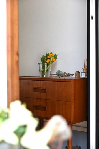 ドアを開けて目に飛び込んでくるのは季節のお花。グリーンは癒しをもたらし、清潔感も印象付けられます。フェイクグリーンやスワッグなら水を交換する手間がかからないので、面倒くさがり屋さんにもおすすめです。