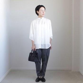 ベーシックカラーの基本となる白、黒、グレーでシックに。小物アイテムに上質な皮革を合わせれば、高級感がアップし上品な印象のコーデに仕上がります。