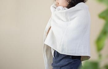 今治の著名な織工房「工房織座」のタオルブランド「水布人舎」のパイルガーゼタオルは、パイル面とガーゼ面の二つの顔を持つまさに極上の触り心地のタオルです。