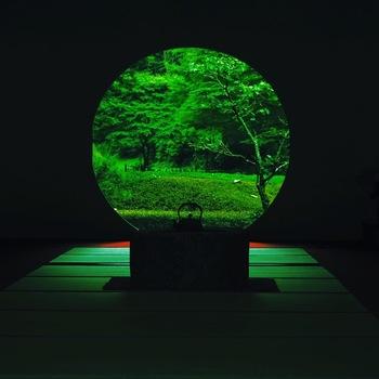 幻想的な眺めを作り出す丸窓は、明月院のメインスポット。日本的な情緒があるお座敷のその先に、色濃い緑の広がりを見ることができます。神秘的で美しい和の空間です。