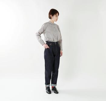 定番のシャツとデニムも美しいシルエットを選べば、オシャレな雰囲気が漂うシンプルなミニマルコーデに。