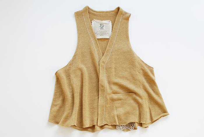 Aラインを描くエアリーなベストは、スリムパンツとはもちろん、ふんわり広がるフレアスカートとも相性ばっちり。裾のメロウ仕立てが、動くたびにガーリーなムードを醸します。