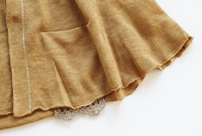 さらに、ポケット部分から控えめに覗く繊細なクロシェにも注目。小さいながらも、着こなし全体を愛くるしい雰囲気に仕立てます。
