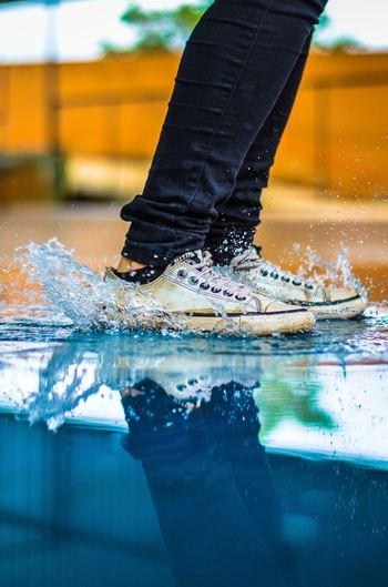 水気や湿気は靴の大敵!型崩れしたりシミを作る原因になります。雨に濡れてしまったら、どんな素材の靴でもできるだけ早く乾かしましょう。外出先であれば、ティッシュなどで表面を拭き取って応急処置を。家に帰ってからしっかり乾かそうと、ドライヤーの温風を使ってしまうのはNGです。直射日光も靴を傷めてしまうので避けてください。