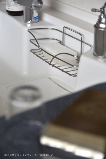 めがねとかもめと北欧暮らし。さん宅では長年愛用されていらっしゃるのだそう。適度な弾力のあるウレタンフォーム三層スポンジは、泡立ち・水切れも良く清潔感のあるホワイトカラーで◎ 定期的に取り替えていつも爽やかなキッチンに。