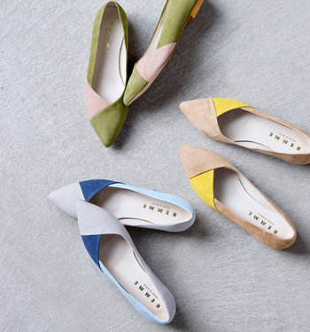 パンプスも表面のホコリを取ることが劣化予防になります。スエード製はブラッシングを、エナメル製なら乾いた布で拭き取りをしましょう。革靴はシューズキーパーを使うと型崩れを防げます。シューズキーパーは湿気を取る天然木製がおすすめ。