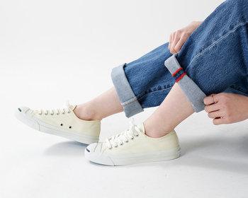キャンパス地のスニーカーは、革靴のように定期的にケアする必要はありません。その代わりに、汚れた時にはすぐに洗いましょう。  洗い方は、 ①靴紐と中敷を取ります。 ②洗濯用洗剤や石鹸を40℃以下のぬるま湯に溶かします。 ③そこに30分ほどスニーカーをつけておきます。 ④その後、ブラシで汚れをこすってください。 ⑤洗剤が残らないようにしっかりすすぐこと。 ⑥乾いた布やタオルで水気を吸い取ります。 ⑦風通しの良い日陰で干します。  水気が残ると黄ばんでしまうので、しっかり乾燥させてくださいね!