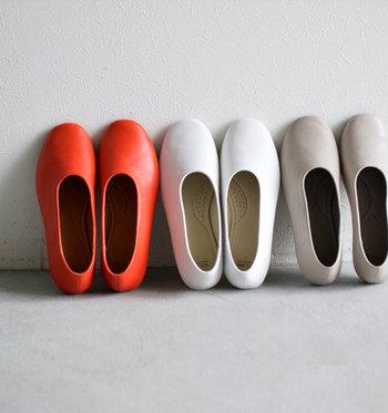 汚れが気になった時はもちろん、汚れていなくても定期的にお手入れをしたほうが靴は長持ちします。面倒に思っている人もいるかもしれませんが、少なくとも、これからご紹介するタイミングでは、靴を休ませてメンテナンスするようにしましょう。