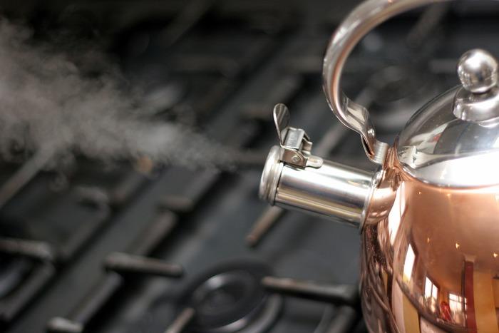 お魚の下ゆでは「湯通し」と呼びます。お湯が入ったお鍋にお魚を入れても良いですし、ザルなどに並べた切り身に熱湯をかけてもOK。お湯をかける場合は、途中でひっくり返して両面しっかり処理してくださいね。魚の表面がうっすら白くなれば大丈夫です。茹でると言うよりお湯で洗うイメージ、火傷には十分ご注意を。