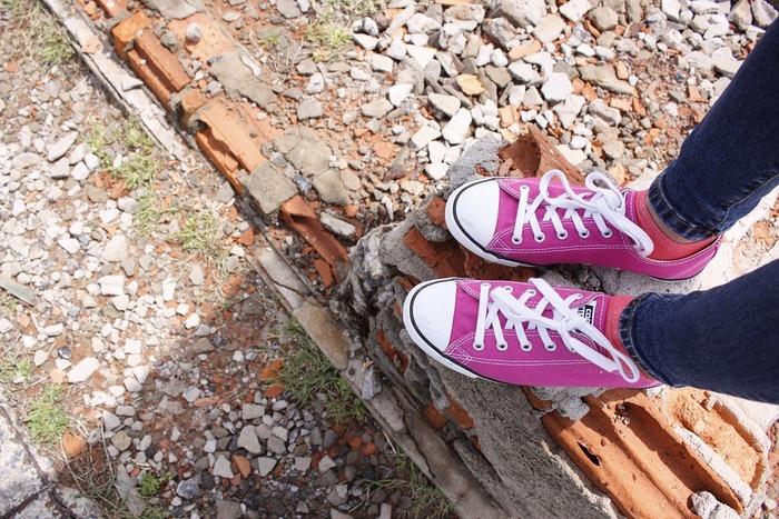 長時間履きっぱなしだと、靴の中は足汗で蒸れた状態に。そのまま放っておくと細菌やカビが繁殖して、悪臭の元になることも。特に夏は、その日のうちに汚れを拭き取り、しっかり乾燥させておきたいですね。