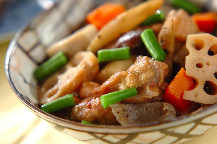 もうひとつ煮物の定番「筑前煮」は食材がたくさんはいって、栄養バランスが良いもの魅力的ですよね。こんにゃくは、切るよりちぎると味がしみ込みやすくなりますよ。冷めても美味しいので、少し多めに作って朝ごはんやお弁当にも活躍させてくださいね。