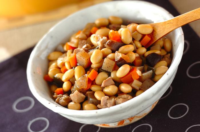 栄養価も高く、副菜として活躍してくれる大豆の五目煮。一度にたくさん食べなくても、毎日食べたい一品ですね。冷めると一層味がしみ込んで、奥深い味わいに。筑前煮同様、作る時は少し多めに作って楽しんでくださいね。
