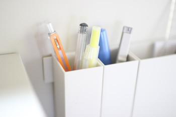 文房具のなかでもここ最近人気のアイテムがマグネットバーです。なんと4ヶ月の間に4万個も売れたのだそう!すぐに在庫が切れてしまいます。冷蔵庫横やデスク回りに取り付けて仕切りポケットを設置すれば、すっきりとした収納が可能に。