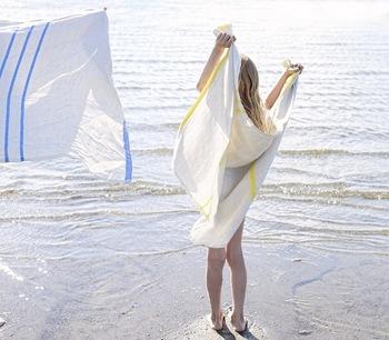 タオルとしてだけではなく、夏場は、タオルケットの代わりや、オフィスで肌寒い時のストールの代わりにもなる優れもの。薄手で速乾性に優れ、持ち運びもとっても楽チン。そして持っていたり羽織るだけでも絵になる北欧仕様も大切ですね。