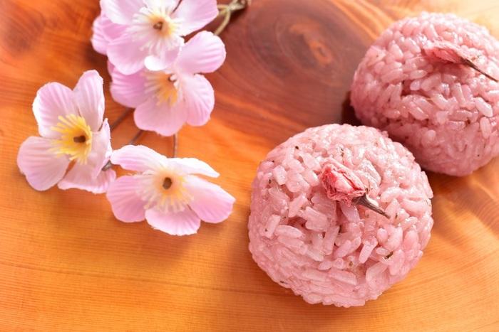 インスタ映えも間違いなしの桜花おはぎは、桜を見ながらいただきたい、上品なおはぎ。早稲田方面に行く機会があればわざわざ買いに行きたいとてもフォトジェニックなおはぎ専門店です。