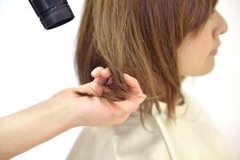 髪をしっかりと乾かした後、髪を少し引っ張りながらブローを手順通りに丁寧にしていくことで、髪の仕上がりが違ってきます。