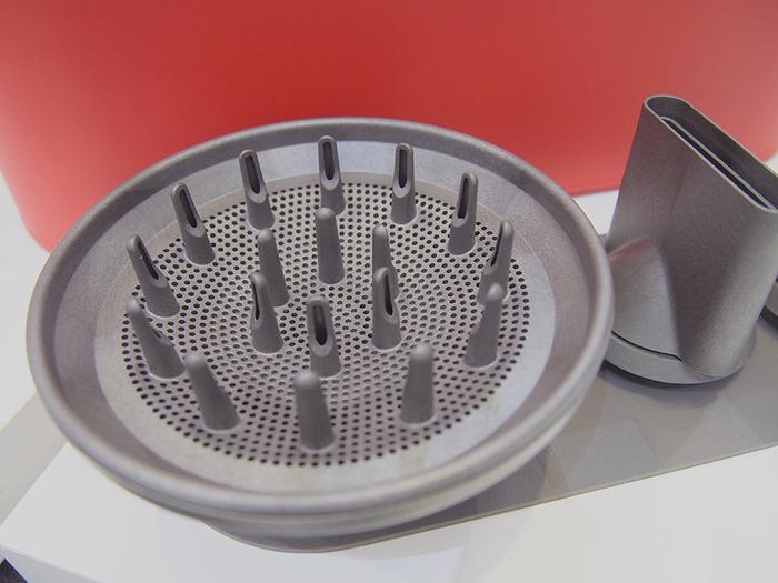 ブローしたい箇所に集中的に風を当てることが出来るスタイリングコンセントレーターや、髪のカールやウェーブを崩さずに乾かせるディフューザーがセットになっています。
