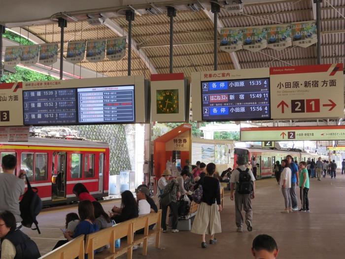箱根の玄関口は、小田原と強羅を繋ぐ「箱根登山鉄道」の『箱根湯本駅』です。  駅周辺も観光エリアですが、箱根の各エリアには、この駅からバスや電車が繋がっていますので、どこに足を向けるにしても大方の人はこの駅を利用します。  【箱根湯本駅構内(画面左が、箱根湯本~強羅(箱根登山鉄道)、右が小田原・新宿方面(箱根登山鉄道・小田急電鉄線」)】