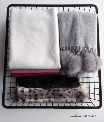 マフラーや手袋、ストールなど、冬はあったか小物もよく活躍します。収納する時にはそれらが迷子にならないよう専用のケースなどにまとめ、必要になったらすぐ出せる状態にしておきましょう。