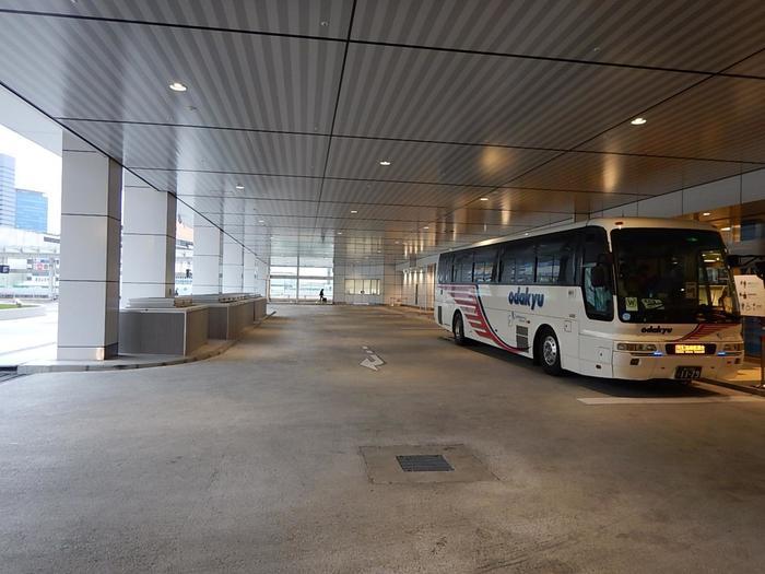 また、首都圏から箱根各所、横浜・羽田空港から箱根湯本や仙石原方面へ繋ぐ長距離バスも運行しています。宿泊施設から観光なしで帰路につくのなら、長距離バスが疲れず便利。  新宿駅新南口(バスタ新宿)-箱根千石まで約2時間、横浜東口-箱根湯本駅まで約1時間30分で運行しています。(交通事情によるので、所要時間は凡その目安です。)【「バスタ新宿」(小田急箱根高速バス)】
