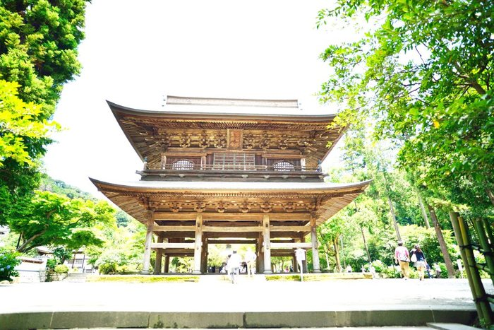 JR北鎌倉駅から徒歩1分の「円覚寺」です。まず迎えてくれるのがこの山門で、大きさと威厳のある佇まいに思わず息を飲んでしまいます。鎌倉時代へタイムスリップした気分になりそうです。