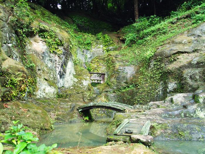 こちらは、優れた作庭家でもあった僧侶・夢想国師による庭園です。彫刻的手法によってつくられたこの庭は「岩庭」と呼ばれ、鎌倉時代から現存している唯一の庭園といわれています。岩と緑の織り成す個性的な景観が、見事なまでの美しさです。